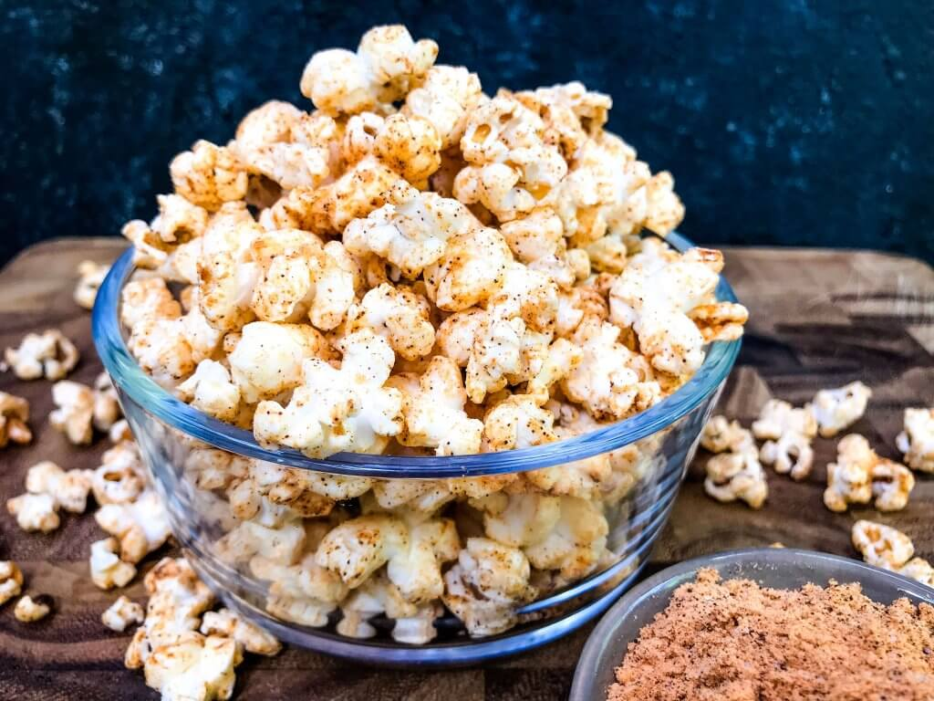 This Homemade Chipotle Cheddar Popcorn is a fast and easy snack recipe. Fresh popcorn is seasoned with smoky and spicy chipotle chile pepper powder and cheddar cheese powder. Vegetarian and gluten free snack recipe, ready in 10 minutes. #homemadepopcorn #cheesepopcorn