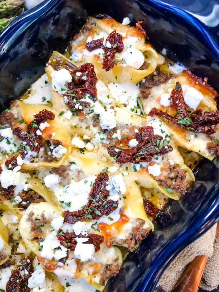 Steak Gorgonzola Alfredo Stuffed Shells are a twist on an Italian pasta Copycat Olive Garden recipe. Ground beef, four cheeses, sun-dried tomatoes, and spinach in a cream sauce. #olivegarden #stuffedshells #alfredo